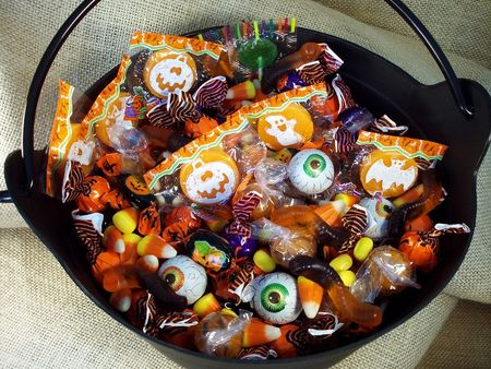 Halloween Candy in een plastic heksen ketel. Stockfoto - 248981