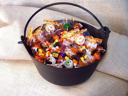 gula: Dulces de Halloween en un caldero de pl�stico brujas.
