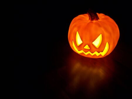 Glowing electric halloween pumpkin decoration. Standard-Bild
