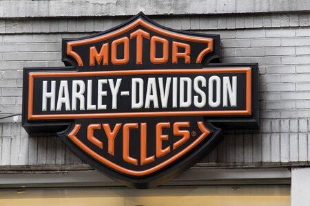ciclos: Nueva York, EE.UU., 30 de mayo de 2011 - Harley Davidson Logo colgando por encima de un concesionario en Nueva York.