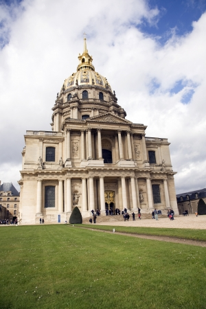 PARIS, FRANCE - APRIL 2, 2010: The Chapel des Invalides on April 4, 2010 in Paris, France.  This french landmark is famous as the burial place for Napoleon Bonaparte. Stock Photo - 16127232