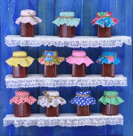 Ancora in vita romantica con piccoli vasetti di marmellata su scaffali Archivio Fotografico - 28031802