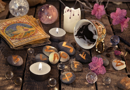 Mystic still life with coffee grounds, tarot cards and stone runes. Halloween background, coffee reading ritual, occult and esoteric objects on witch table Stockfoto