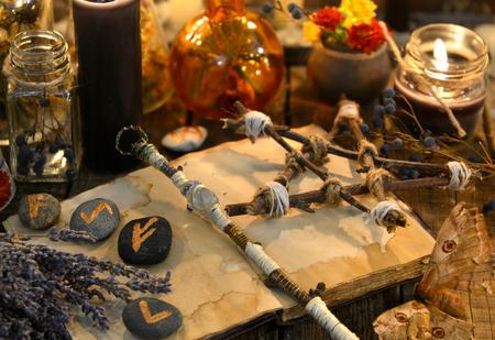 魔女のテーブルのルーン、魔法の杖とペンタグラム。オカルト、深遠、占いとウィッカの概念。ハロウィンヴィンテージの背景