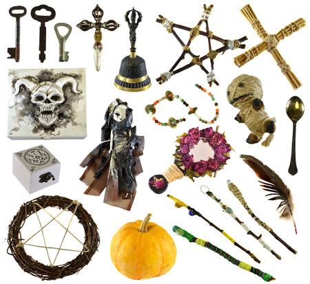 Design-Set mit Ritualgegenständen mit Voodoo-Puppe, Pentagramm, Kürbis, isoliert auf weiss. Wicca, Esoterik, Wahrsagerei und okkultes Konzept mit Vintage-Magieobjekten für mystische Rituale