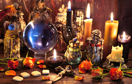 Crystal ball with runes, black candle and witch magic bottle. Wicca, esoteric, Halloween and occult background with vintage magic objects for mystic rituals Banco de Imagens