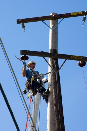 SACRAMENTO - 29. August: Nicht identifiziert Sacramento Municipal Utility-District (SMUD) Techniker behebt Stromleitung Drähte nach Autounfall auf dem College Oak Avenue, am 29. August 2011. Standard-Bild - 10719928
