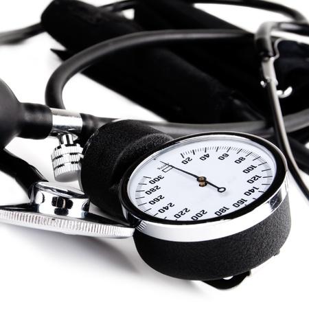 punos: Dispositivo de presi�n arterial (esfigmoman�metro) sobre fondo blanco Foto de archivo