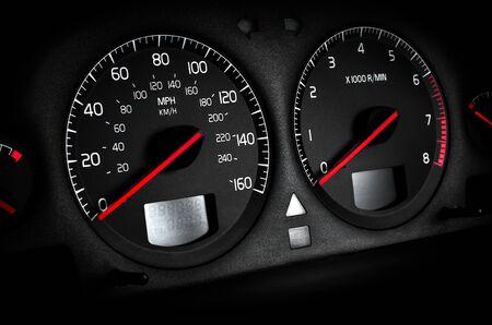 Auto dashboard toerenteller en snelheidsmeter, zwarte Vignettering Stockfoto