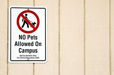 Animaux non admis sur le campus signe avec l'espace négatif sur le droit Banque d'images - 13094129