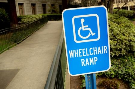 Handicap Rollstuhlrampe Schild draußen durch den Bau Standard-Bild - 14029492
