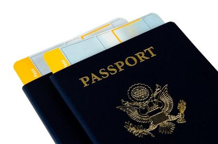 Zwei uns Reisepässe auf einem weißen Hintergrund mit Bordkarten Standard-Bild - 14462731