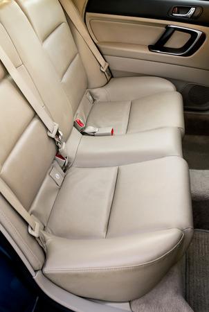 asiento coche: Asientos de coche de cuero de nuevo a la luz del sol caliente