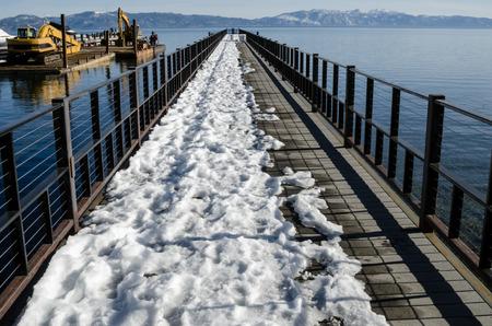 Ansicht der teilweise überdachten Pier mit Schnee, Lake Tahoe Standard-Bild - 39491391