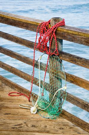 Fischernetz auf einem Ozean Pier Meerwasser auf den Hintergrund Standard-Bild - 40907551