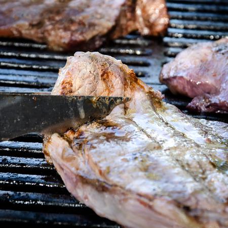 Lamb Grill Drehen Steaks auf dem Grill Standard-Bild - 40907553