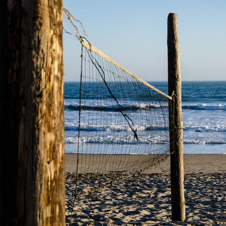 Volleyballnetz gegen den Strand Standard-Bild - 40907558