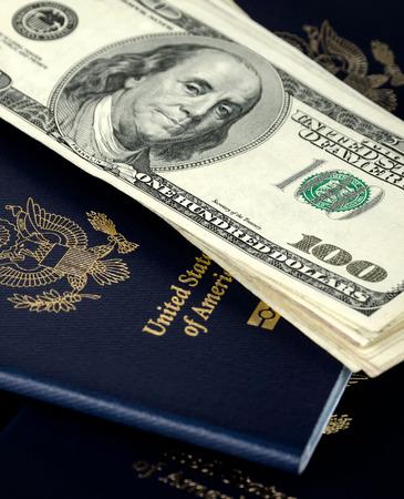 Pässe und Dollar, close up, keine ID-Nummern Standard-Bild - 55424989