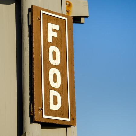 Lebensmittel-Schild mit einem blauen Himmel im Hintergrund Standard-Bild - 55583004