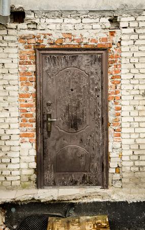 Alte Tür in der alten weißen Mauer, Einschnürungsstelle Standard-Bild - 56452042