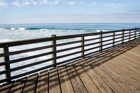 Linie der schönen hölzernen Pier Zaun mit blauem Meer im Hintergrund Standard-Bild - 55407767