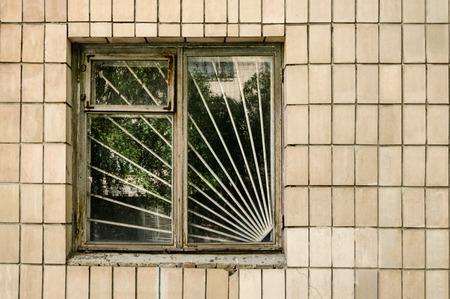 Fenster mit Stahlstangen auf Fliesen Wand an einem sonnigen Tag Standard-Bild - 55407770
