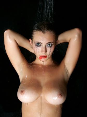 wet nude: imagen de la h�meda desnuda morena