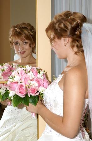reflexion: La feliz novia, la reflexi�n en un espejo Foto de archivo