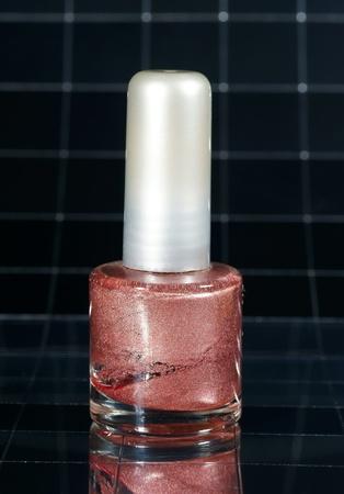 reflexion: Esmalte de u�as de n�car rosado con la reflexi�n Foto de archivo