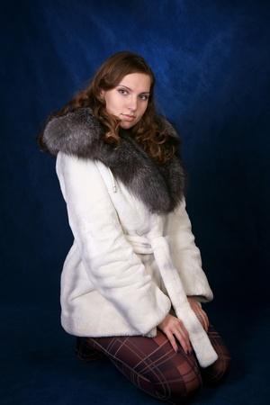 Het mooie meisje in een bont bontjas