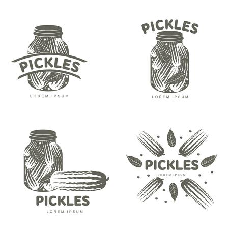 Pickles-logo ingesteld voor uw ontwerp. Home inblikken, glazen pot, augurk, komkommer, marinade, zwarte peperbollen, laurier, pekel. Pickles-insignes, labels. Vectorillustratie geïsoleerd op witte achtergrond