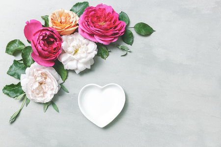 Flowers composition from head rose. Frame from english rose flowers on gray background. Spring, summer, easter concept. Flat lay, top view, copy space Banco de Imagens