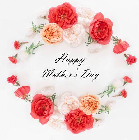 与开花的母亲节贺卡在绿色背景开花。平躺,顶视图,复制空间