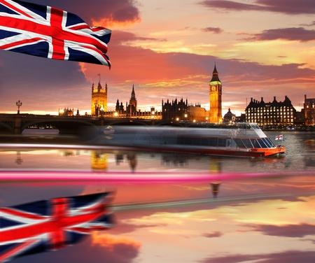 bandera inglesa: Big Ben y el barco con bandera, Londres, Reino Unido Foto de archivo