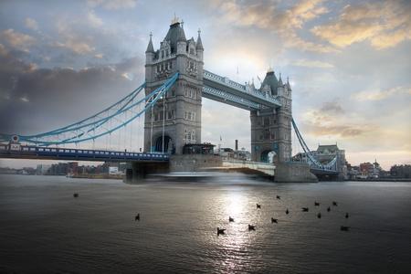 イギリスのロンドンで、夕方にはタワー ブリッジ