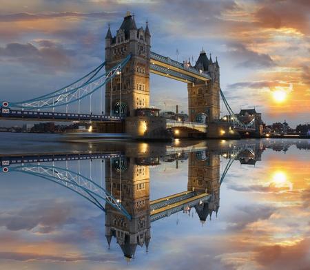 londre nuit: Tower Bridge de nuit � Londres, Royaume-Uni
