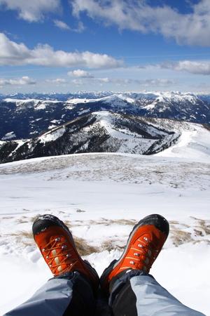 fagot: Buty zimowe przed zachodem słońca nad Alpami