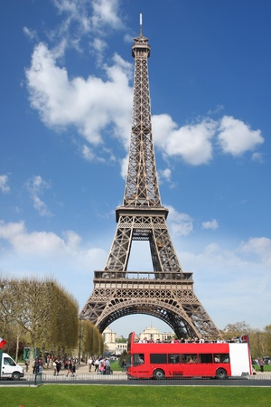Touring: Wieża Eiffla z autobusem czerwonym w Paryż, Francja Zdjęcie Seryjne