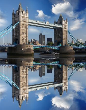 londre nuit: C�l�bre Tower Bridge avec la ville de croisi�re � Londres, Royaume-Uni Banque d'images