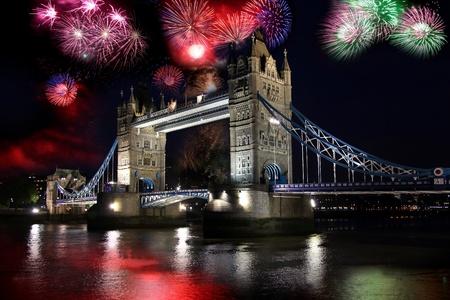 londre nuit: Tower bridge avec feu d'artifice, la f�te du Nouvel An � Londres, Royaume-Uni