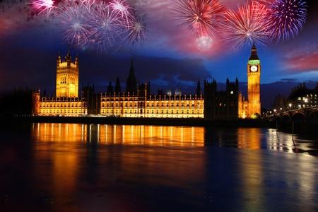 fuegos artificiales: Big Ben con fuegos artificiales, celebraci�n del A�o Nuevo en Londres, Reino Unido