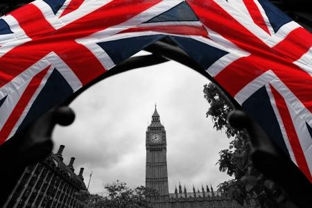 bus anglais: Big Ben avec le drapeau de l'Angleterre, Londres, Royaume-Uni