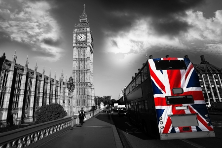 Big Ben con la citt� di bus coperto bandiera dell'Inghilterra, Londra, UK photo