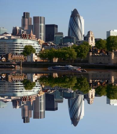 londre nuit: Modern de Londres paysage urbain avec le bateau, LONDRES, Royaume-Uni Banque d'images