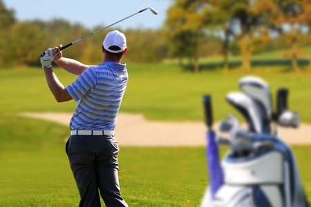 columpios: El hombre jugando al golf con bolsa de golf Foto de archivo