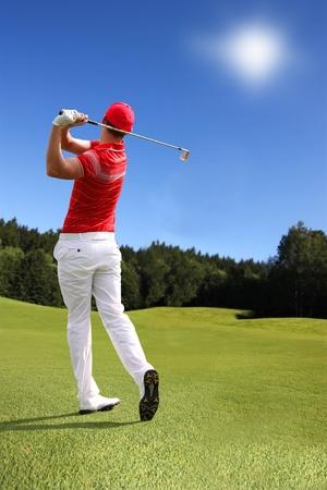 El hombre jugando al golf