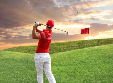 pelota de golf: Hombre jugando al golf