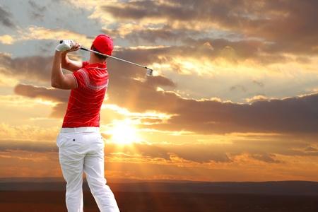 golfing: Man playing golf tegen zonsondergang Stockfoto