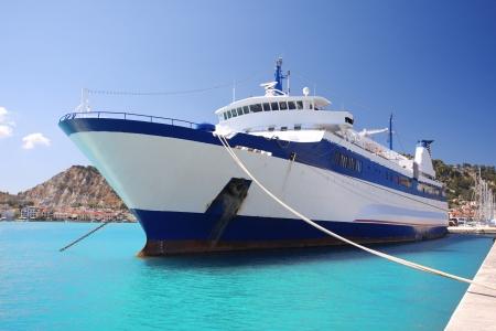 ザキントス島の町の港でギリシャ語フェリー ボート