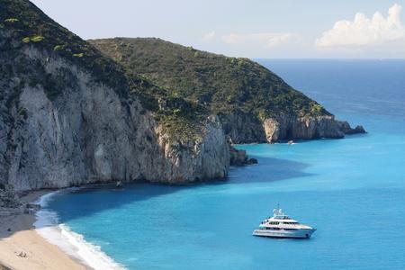 Costa de Grecia con el barco turístico, Isla Lefkas Foto de archivo - 13012618